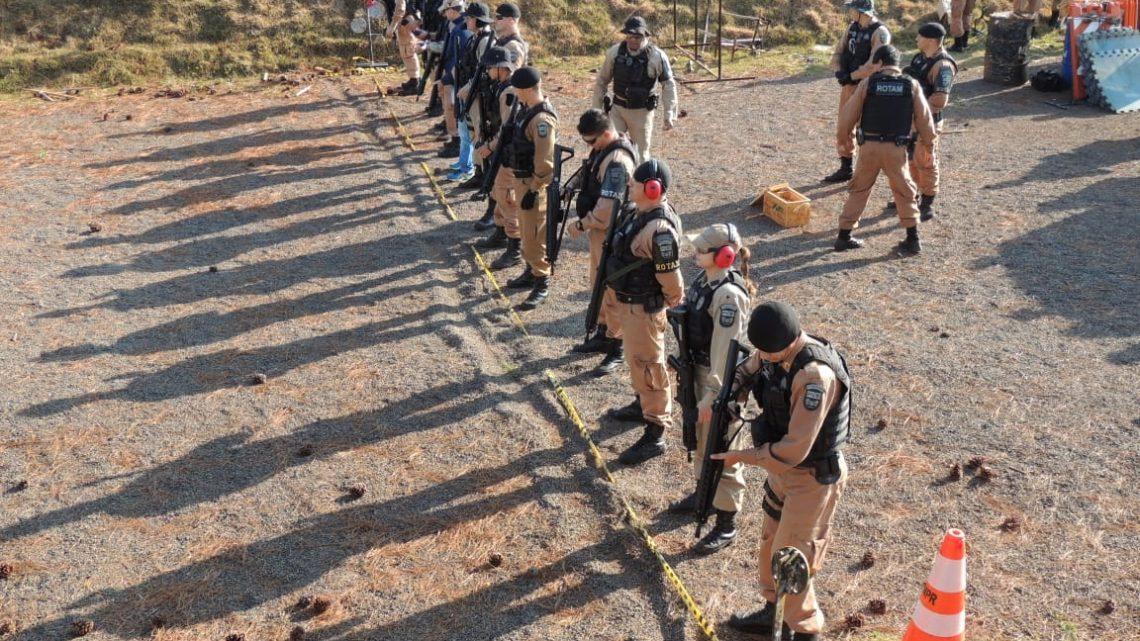 POLICIAIS MILITARES FAZEM TREINAMENTO COM FUZIL NO ESTANDE NA VILA GUARUJÁ