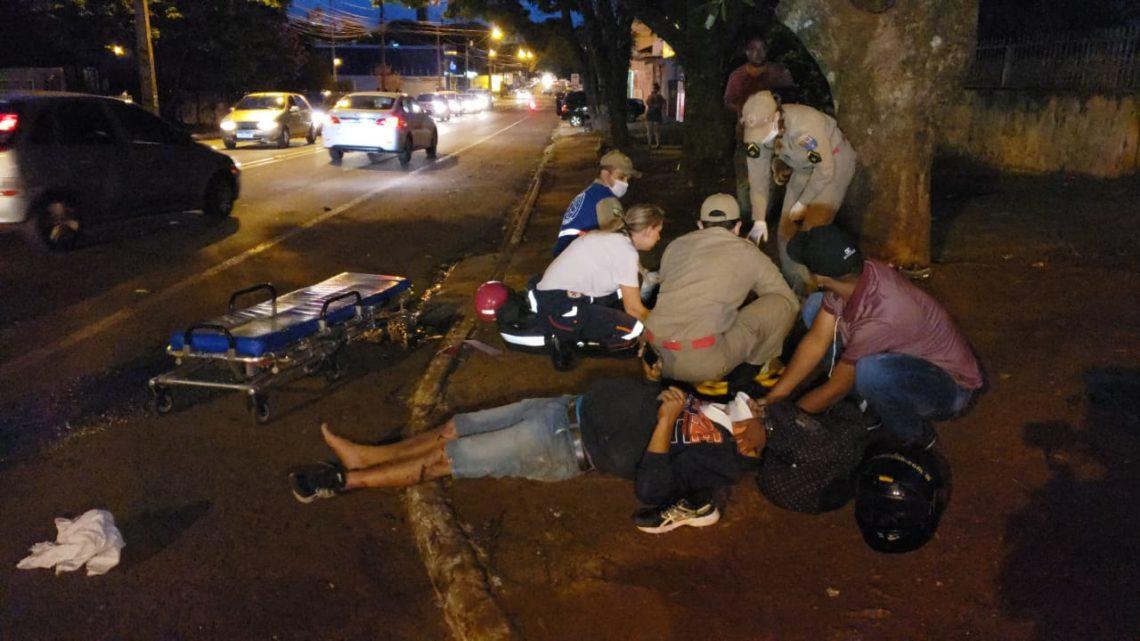 Duas pessoas ficaram gravemente feridas em acidente envolvendo Fiat Uno e Honda Biz