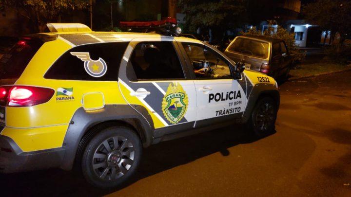No centro de Campo Mourão motoristas batem em árvores, deixam carros e fogem