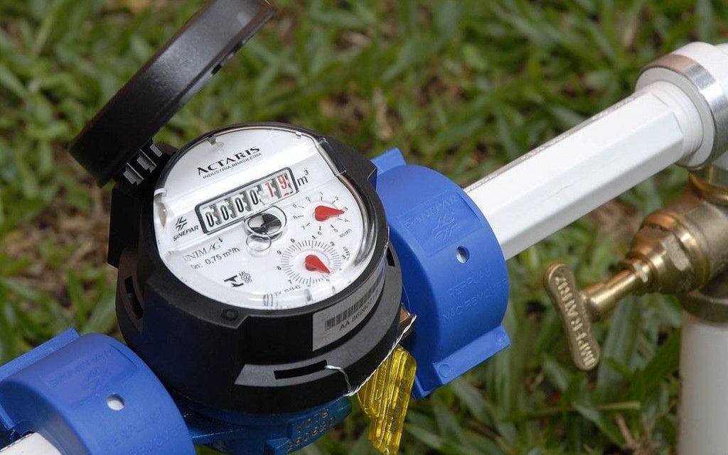 Reclamações da população sobre a conta de água mais cara e ar em hidrômetros