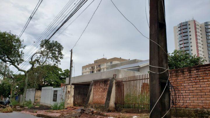 Fios soltos em postes de iluminação ainda são deixados por empresas de telefonia