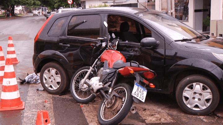 Acidente deixa motociclista ferido na avenida Ney Braga