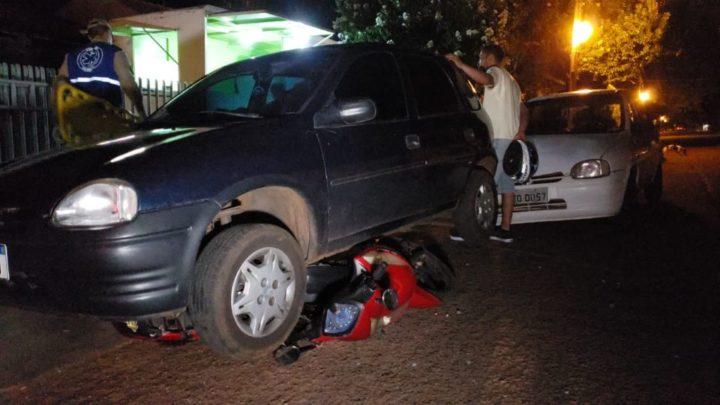 Condutor tenta desviar de buraco, bate em dois veículos estacionados e pedestre é atingido