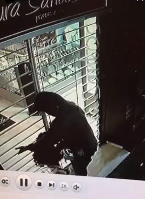 Em Campo Mourão: Em um minuto homem furta relógios e colares de luxo de loja no centro da cidade
