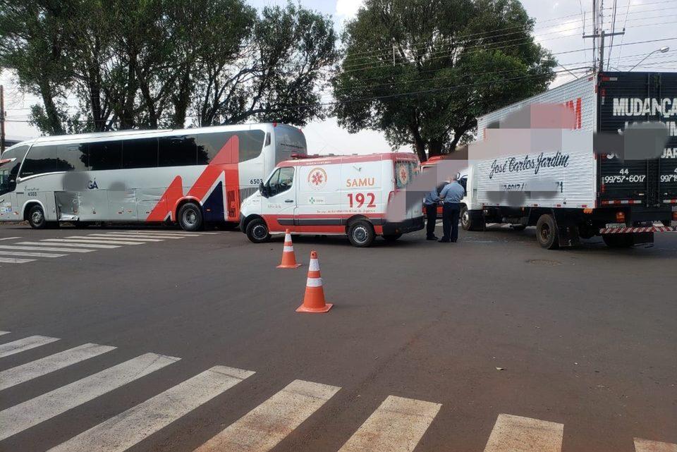 Colisão entre ônibus e caminhão deixou uma pessoa ferida em Campo Mourão