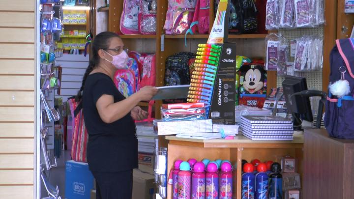 Com incerteza sobre volta às aulas, pais e empresários estão preocupados com a compra de material escolar