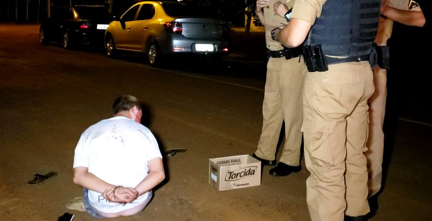 Homem armado ameaça mulher, é agredido e acaba preso pela PM