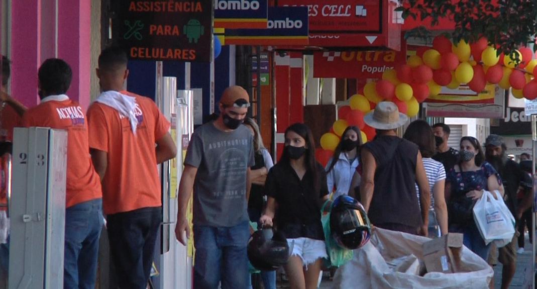 Comércio em Campo Mourão com as portas fechadas no sábado