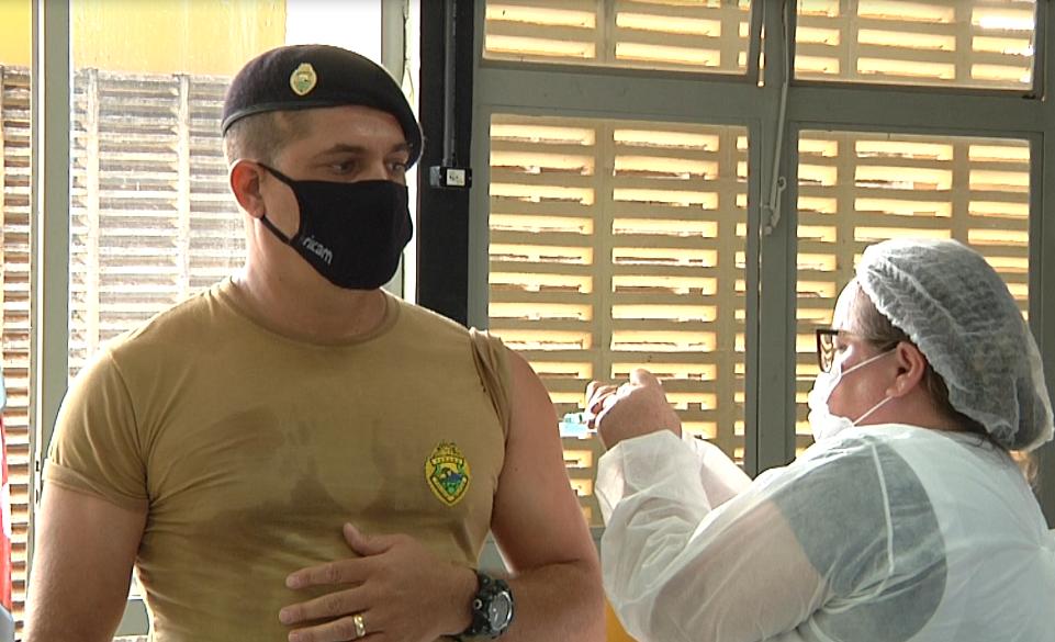 Policiais recebem a primeira dose da vacina contra COVID-19