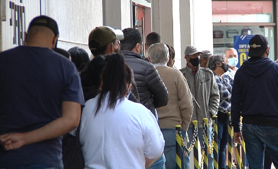 Segunda-feira de movimento e de filas enormes nos bancos