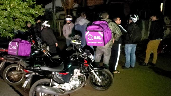 Motociclistas se unem para localizar ladrões que roubam entregadores
