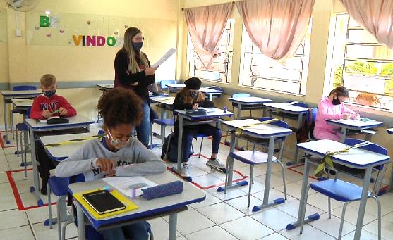 Primeiro dia de aula na Escola Eroni Maciel Ribas, no Cohapar