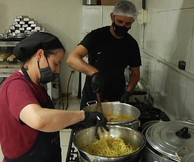 """""""Pague uma e ajude três"""": Projeto marmita do amor alcança moradores em situação de rua"""